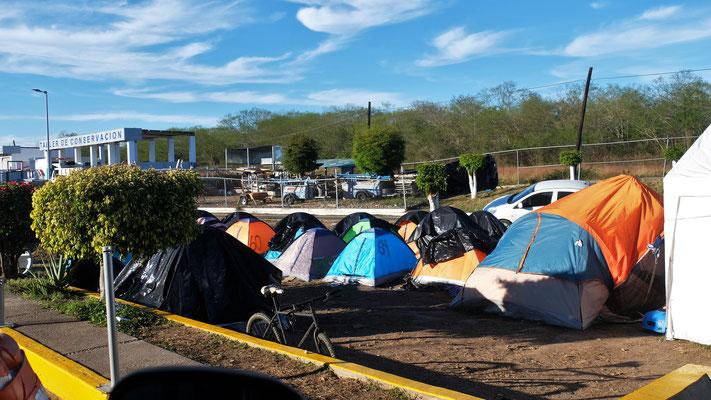Hier wird die Zahlstelle mit Zelten belagert