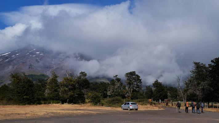 Am Morgen ist der Vulkan hinter den Wolken verschwunden, doch die Gruppe macht sich trotzdem an den Aufstieg.