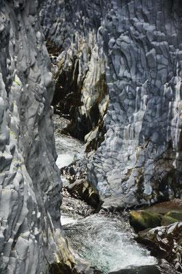 Grau ist nicht einfach nur grau in der Alcantaraschlucht