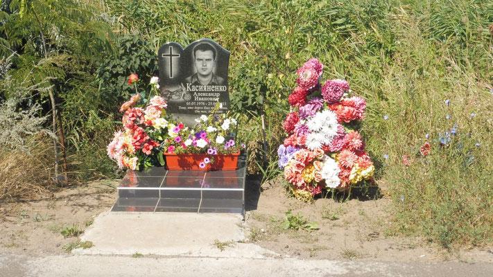 Alle paar Kilometer eine Gedenkstätte, fast immer für junge Leute