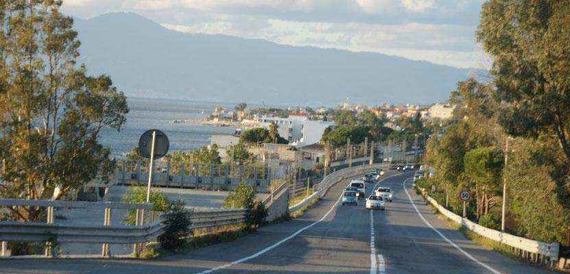 Die Strasse manchmal gut wie hier und manchmal schmal. Links Sizilien.
