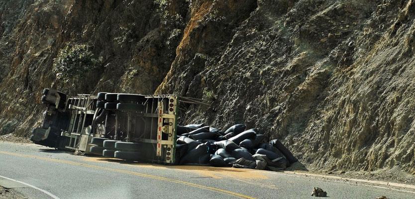 Etwas zu eilig, der Fahrer sitzt etwas ratlos am Strassenrand
