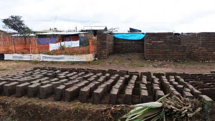 Die Lehmziegel werden an Ort und Stelle hergestellt und verbaut