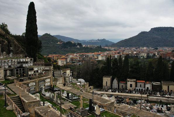 Blick vom Kloster über den Friedhof nach Francavilla und die Hügel dahinter