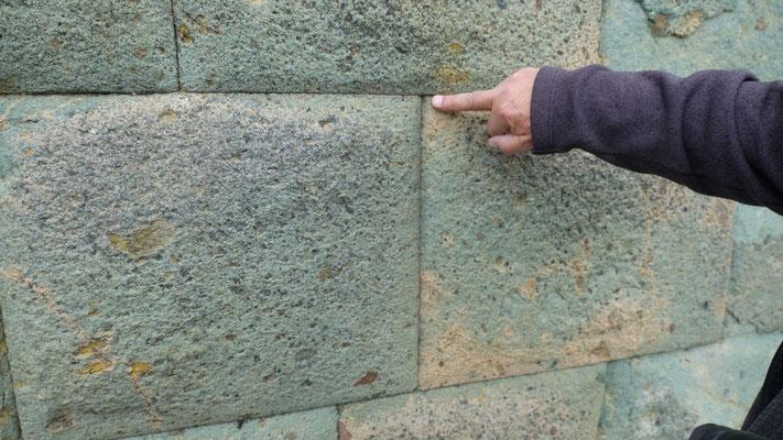 Die typische Bauweise der Inkas, ohne Mörtel und kein Blatt passt zwischen die Steinquader
