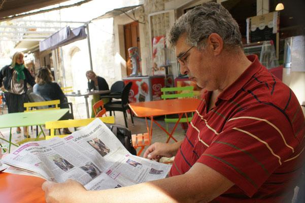 Alois ganz vertieft in die französische Zeitung