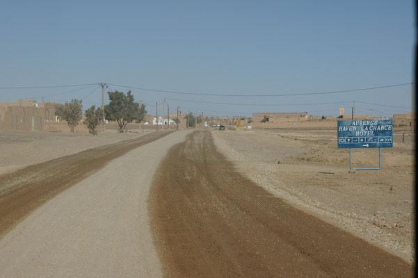 Die neue Strasse nach Haslilabad wird immer feucht gehalten