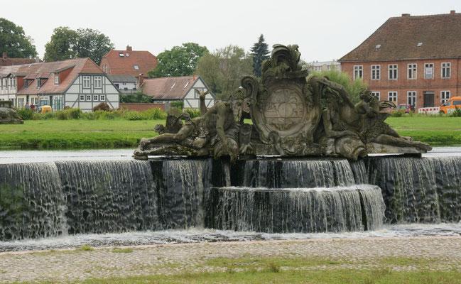 Imposanter Brunnen auf dem Ludwigsluster Schlossplatz