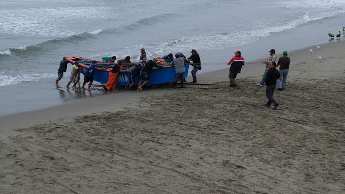 Mit Muskelkraft werden die Schiffe an den Strand gehievt