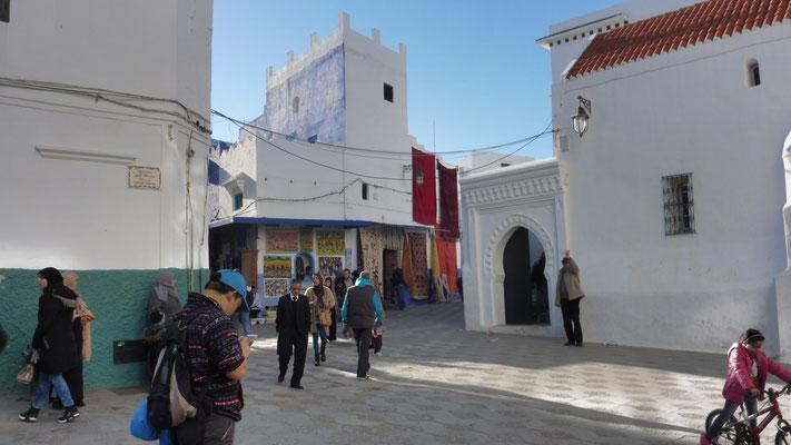 Wieder rein in und durch die Medina von Asilah, rein in die Stadt und.....