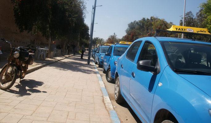 Die Taxis warten auf Kundschaft vom Markt