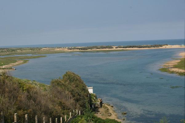 2 km lange Lagune, entlang des Meeres