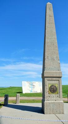 ... stehen zuerst vor dem Monument Sakakaweas...