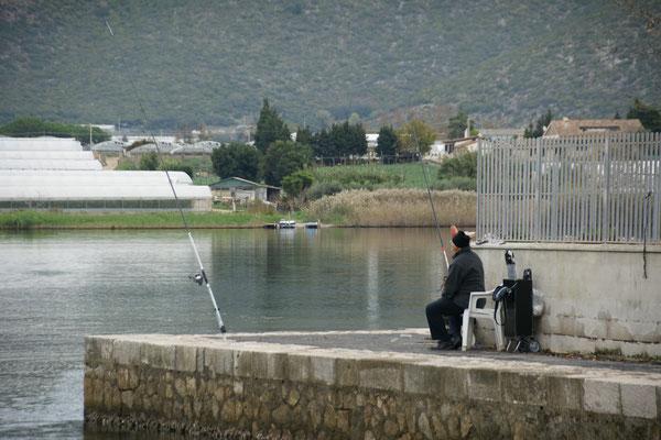 Am Lungosee machen sich der Fischer........