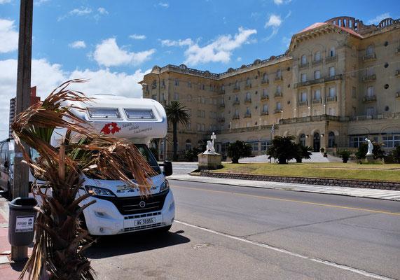 Wir parken in Pirapolis vor dem historischen Hotel mit seinem Casino