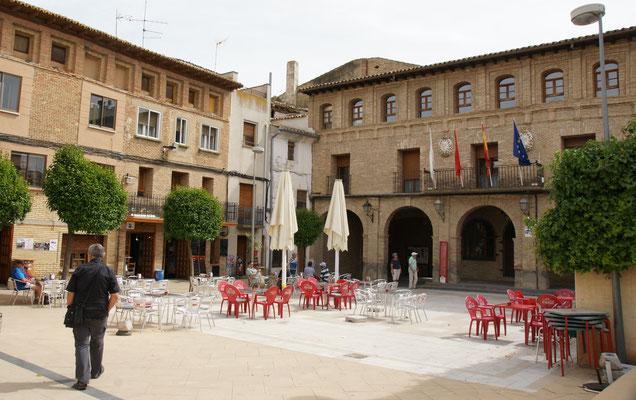 Der grosse Platz von Arguedas mit seinem Restaurant