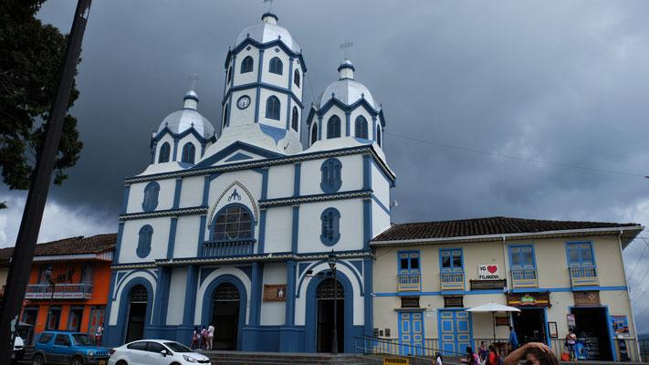 Die Kirche neben dem Hauptplatz