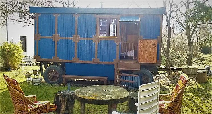 """""""Blue wagon"""" guest room in the garden"""