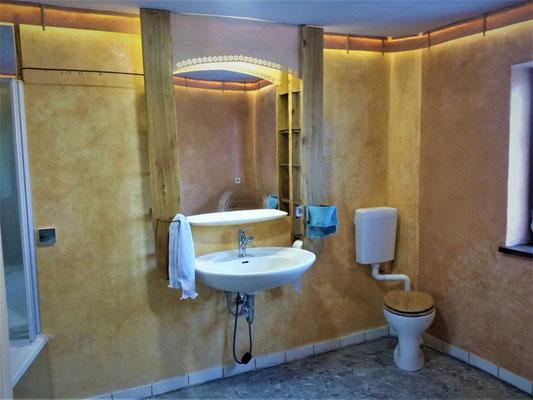 "Bathroom and toilet on the upper floor redesigned with tadelakt, ""upcycled"" aluminum mirror and bird's-eye maple veneer lighting strip"