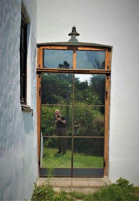 """die alte Tür wurde umgedreht und u.a. mit """"upgecyceltem"""" Aluspiegel neu gestaltet"""