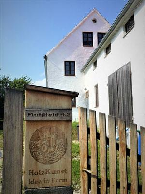 großer Briefkasten im organisch gestalteten Hoftor aus Robinie