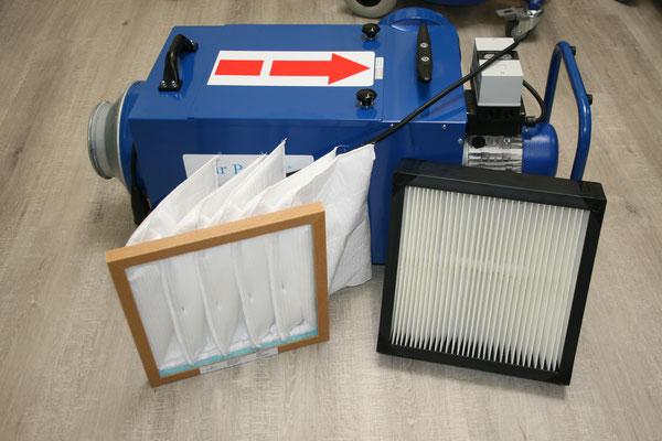 links 1. Filterstufe Taschenfilter F7, rechts zweite Filterstufe Zellenfilter F9 für Absauganlage klein