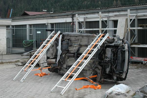 Stabilisierung eines PKWs mit Teilen einer Steckleiter und Gurten.
