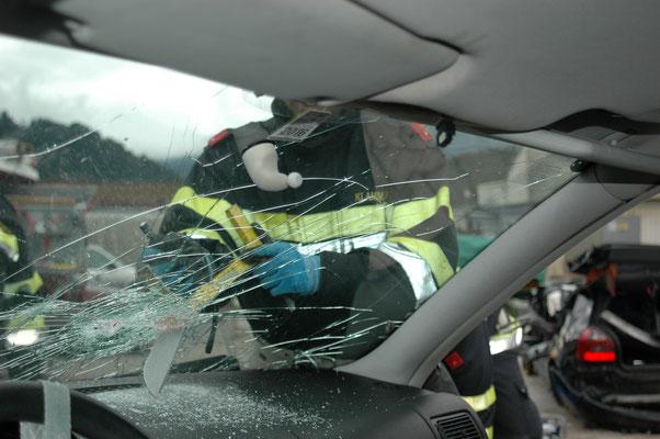 Mit der Glassäge kann selbst das Sicherheitsglas der Windschutzscheibe geschnitten werden.
