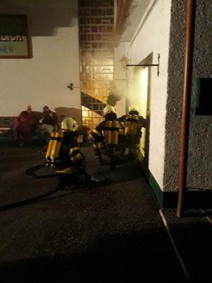 Atemschutztrupp beim Vorgehen in das Brandobjekt