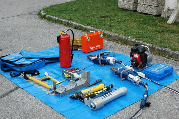 Die Feuerwehr besitzt eine Vielzahl von technischen Hilfsmitteln zur Bewältigung des Einsatzes.