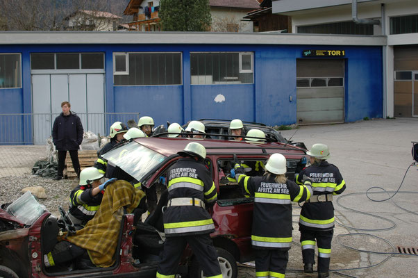 Das komplette Dach wird weggetragen um den Verunfallten zu retten.