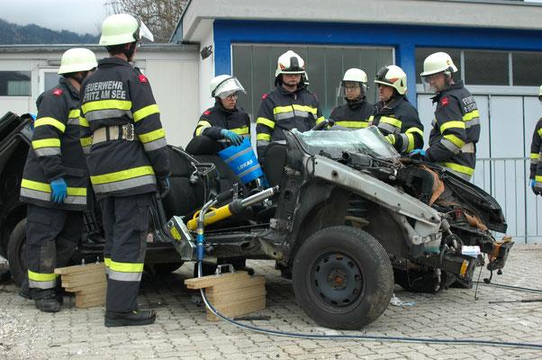 Mit den hydraulischen Stützen kann die Fahrzeugschnauze nach vorne gebogen werden, um den Fußraum zu vergrößern.