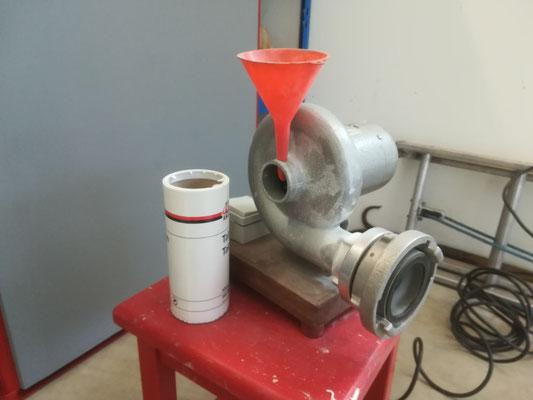 An die Talkumier-Maschine wird der Schlauch angeschlossen und mittels Luft der Talk im Schlauch verteilt