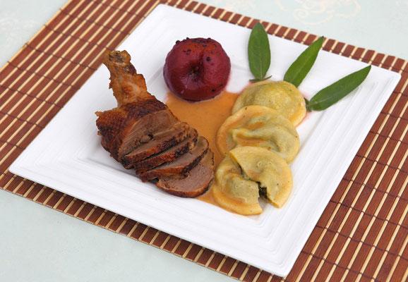 Gigolette de canette à la sauge avec pêche au Bourgogne poivré Accompagnée de raviolis aux épinards frais