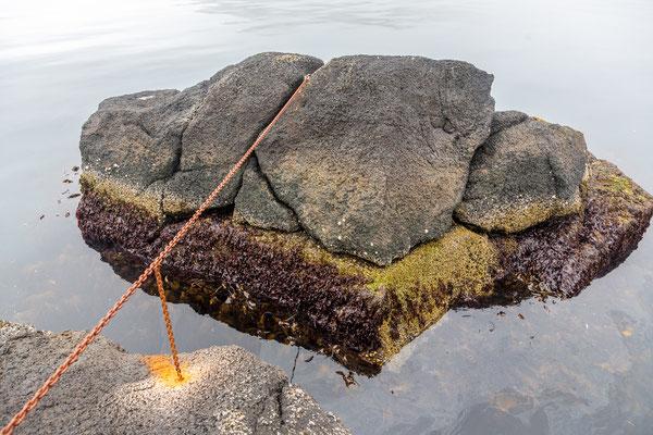 Der Stein bewegt sich, die Kette hebt und senkt sich.