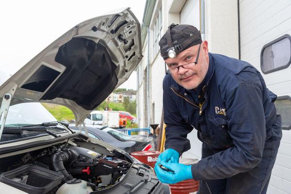 In der LKW Garage Sveinbjörn hat Sveinbjörnson ganze Arbeit geleistet und die defekten Temperaturfühler ersetzt.