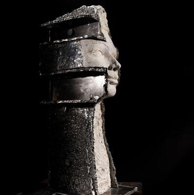 Isa, argile 392 et acier forgé, 19'' x 8'' x 9''