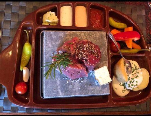 MENÜ-VORSCHLAG 1: Heißer Stein mit Meersalz, dazu Rinderfilet, Roastbeef und Schweinefilet 250 gr. PREIS PRO PERSON: 40,00 €  | 400 gr. PREIS PRO PERSON: 50,00 €