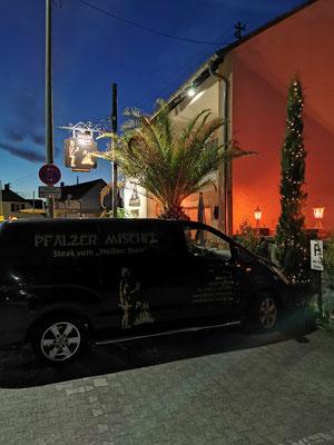 Parkplätze vor dem Haus des Pfälzer Michels (Insgesamt vor und hinter dem Haus stehen 15 Parkplätze zur Verfügung)