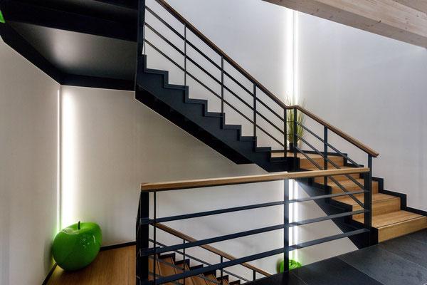 Büro zwischen den Gleisen – Treppe mit wandintegrierten, vertikal Lichtlinien