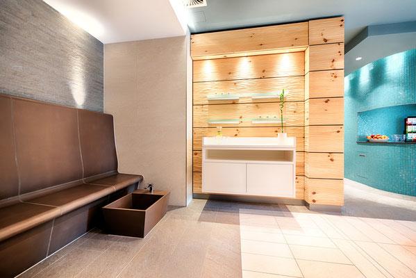 Versteckte Leuchten zaubern Lichtakzente im Bereich der Wärmebank mit Fußbad