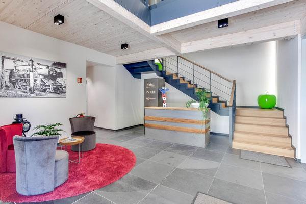 Büro zwischen den Gleisen – Foyer mit Treppe