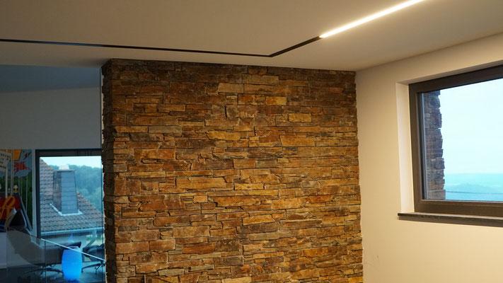 Deckenintegriertes Profil mit breit abstrahlender, linearer Lichteinheit