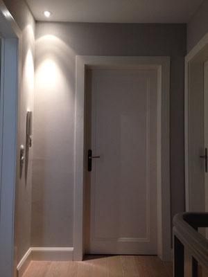 Lichtdesign Flur mittels Deckeneinbauspots, Einfamilienhaus Köln