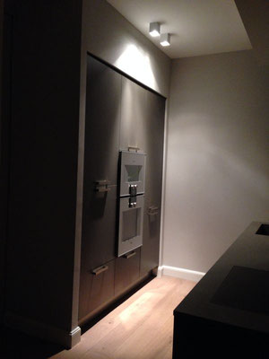 Deckenaufbauspots spenden ihr Licht in der Küche genau dort, wo es benötigt wird –  Lichtplanung für ein Wohnhaus in Köln