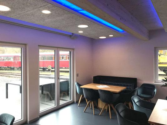 Büro zwischen den Gleisen – Aufenthaltsraum mit integrierter Küche und farbig einstellbarer indirekter Beleuchtung