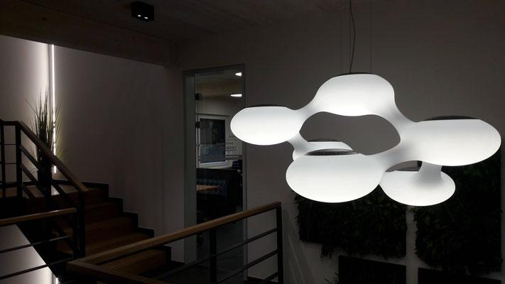 Büro zwischen den Gleisen – Foyer mit der Leuchte COSMO von next