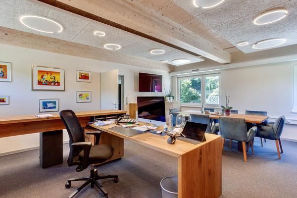 Büro zwischen den Gleisen – Büro des Geschäftsführers mit der Leuchte Occhio Mito soffitto up mit einstellbarer Lichtfarbe (2700 - 4000K)