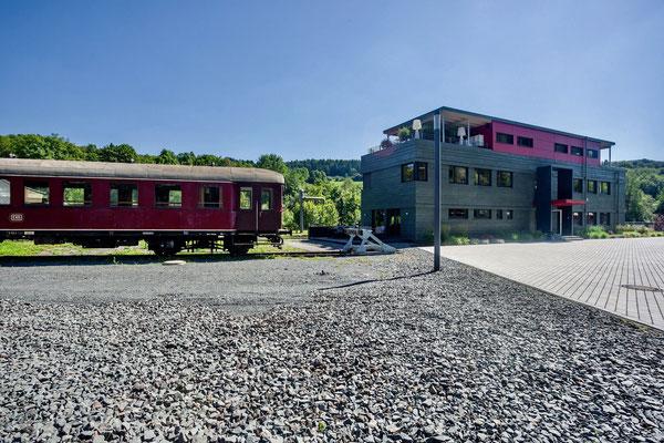 Büro zwischen den Gleisen – Außenansicht