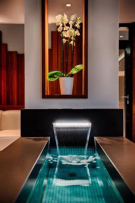 Ambientebeleuchtung am Wasserbecken in der Wasser-Lounge (Ruhebereich)